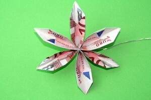 Geldblume aus drei Geldscheinen gefaltet