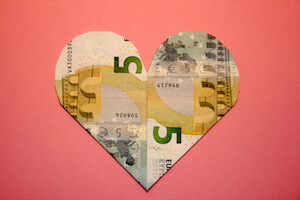 Herz aus zwei 5-Euro-Scheinen