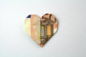 Herz aus 50-Euro-Schein gefaltet