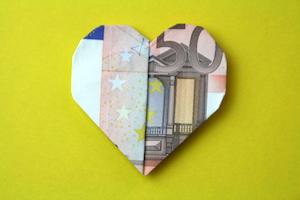 Geld Herz aus 50-Euro-Schein gefaltet