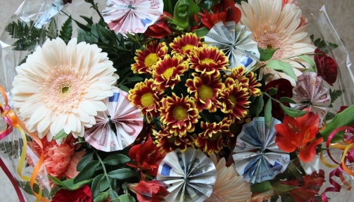 Geldgeschenk zur Hochzeit mit Blumen