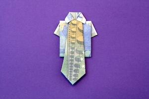 Krawatte aus Geldscheinen gefaltet